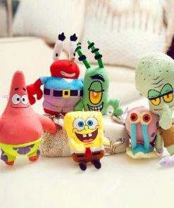 На картинке набор мягких игрушек из мультика Губка Боб (Спанч Боб).