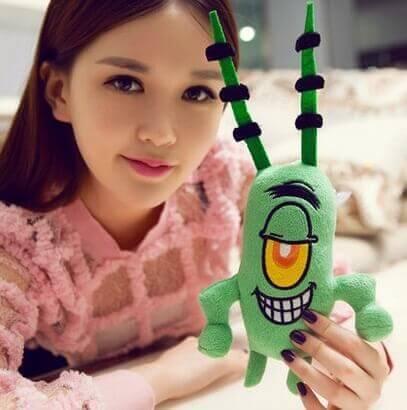На картинке набор мягких игрушек из мультика Губка Боб (Спанч Боб), Планктон.