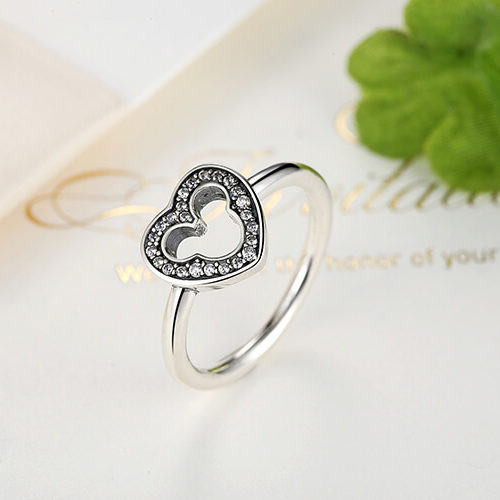 На картинке серебряное кольцо с силуэтом Микки Мауса, общий вид.