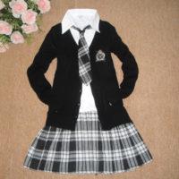 На картинке японская школьная форма с кардиганом, вид спереди.