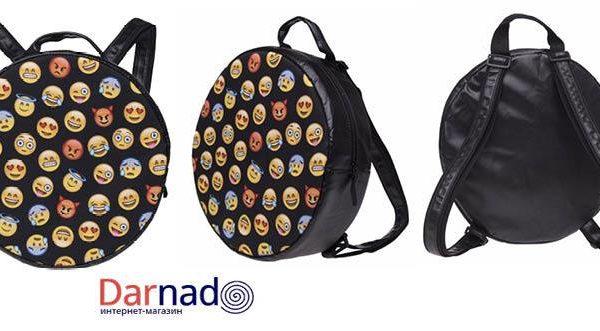 На картинке рюкзак со смайликами (emoji), вид с разных сторон.