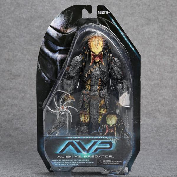 На картинке коллекционная фигурка Чужой против Хищника — Scar predator (Neca \ Нека), вид спереди в упаковке.