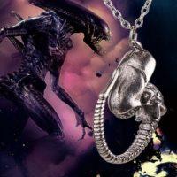 На картинке кулон-подвеска в виде Чужого из Прометей (Alien), детали.