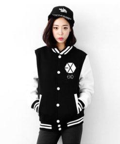 На картинке куртка с логотипом и именами корейцев из EXO, вид спереди.