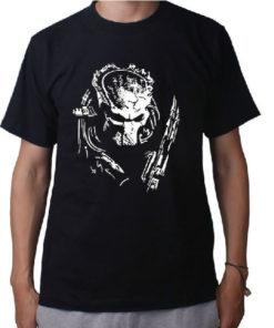 На картинке футболка с Хищником из фильма (Predator), вид спереди.