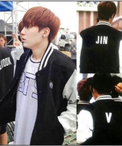 На картинке куртка Bangtan Boys с именами корейцев из BTS, участники группы.