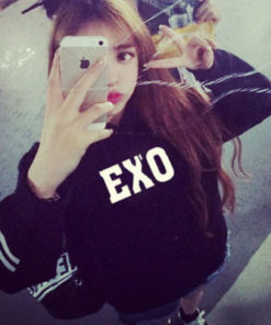 На картинке толстовка с группой Exo, вид спереди.