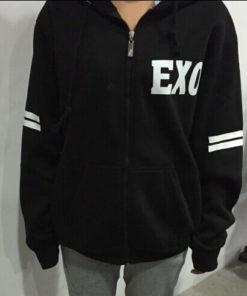 На картинке толстовка Exo с именами корейцев, вид спереди.