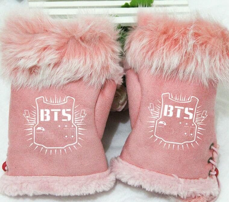На картинке варежки-митенки Bangtan Boys (группа BTS), цвет розовый.
