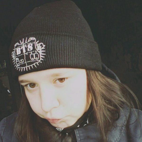 На картинке шапка Bangtan Boys (группа BTS), общий вид.