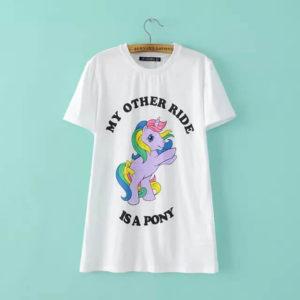 На картинке футболка с пони-единорогом (женская), вид спереди.