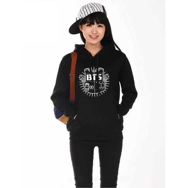 На картинке толстовка Bangtan Boys (BTS), вид спереди, цвет черный.