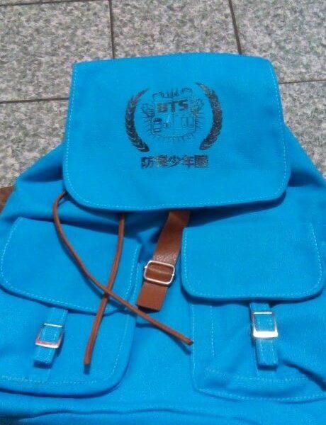 На картинке рюкзак Bangtan Boys (BTS), вид спереди.