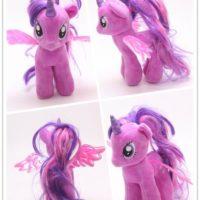 На картинке мягкая игрушка пони Сумеречная Искорка с крыльями из Май Литл Пони (My little pony \ Дружба это чудо), вид с разных сторон.