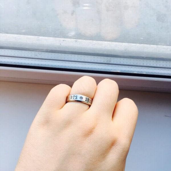 На картинке кольцо Bangtan Boys (BTS), общий вид.