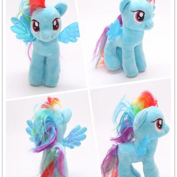 На картинке мягкая игрушка пони Рейнбоу Дэш из Май Литл Пони (My little pony \ Дружба это чудо), вид с разных сторон.