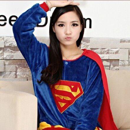 На картинке кигуруми пижама «Супермен» (Superman), детали.