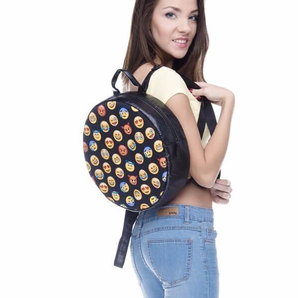 На картинке рюкзак со смайликами (emoji), общий вид.