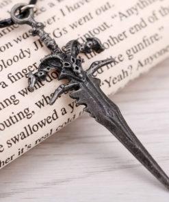 На картинке кулон Варкрафт в виде меча Ледяной скорби (World of Warcraft) WoW, детали.