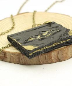 На картинке кулон крестраж «Дневник Тома Реддла» из Гарри Поттера (Harry Potter), общий вид.