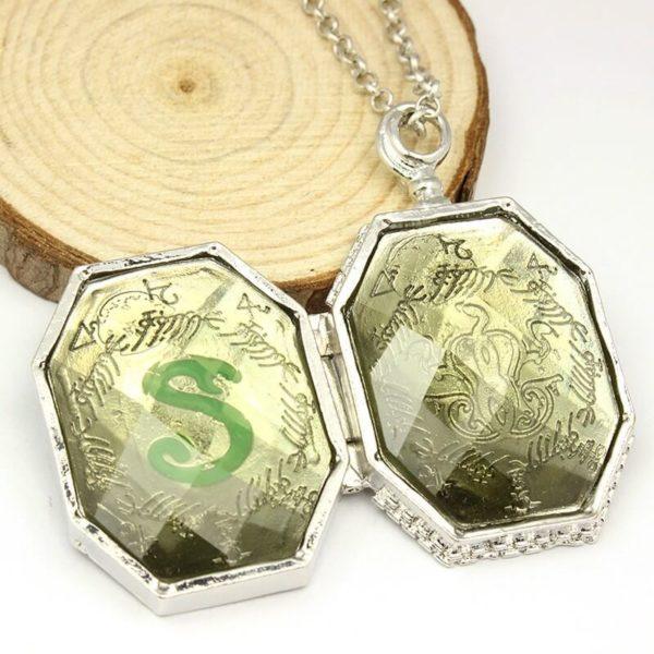 На картинке кулон крестраж «Медальон Слизерина» из Гарри Поттера (Harry Potter), вид внешних сторон.