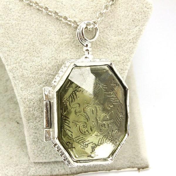 На картинке кулон крестраж «Медальон Слизерина» из Гарри Поттера (Harry Potter), детали.