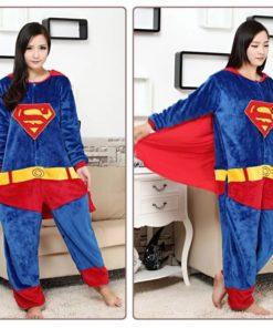 На картинке кигуруми пижама «Супермен» (Superman), вид спереди.