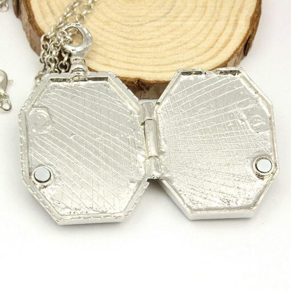 На картинке кулон крестраж «Медальон Слизерина» из Гарри Поттера (Harry Potter), вид внутренних сторон.