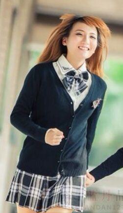 На картинке японская школьная форма с кардиганом, общий вид.
