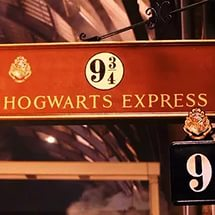 На картинке кулон платформа 9 и 3\4 «Гарри Поттер» (Harry Potter), кадр из фильма.