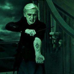 На картинке кулон символ Пожирателей Смерти «Гарри Поттер» (Harry Potter), кадр из фильма.