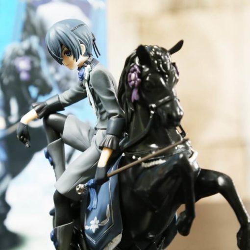 На картинке фигурка Сиэль Фантомхайв на коне «Темный дворецкий» (Kuroshitsuji), вид сбоку.
