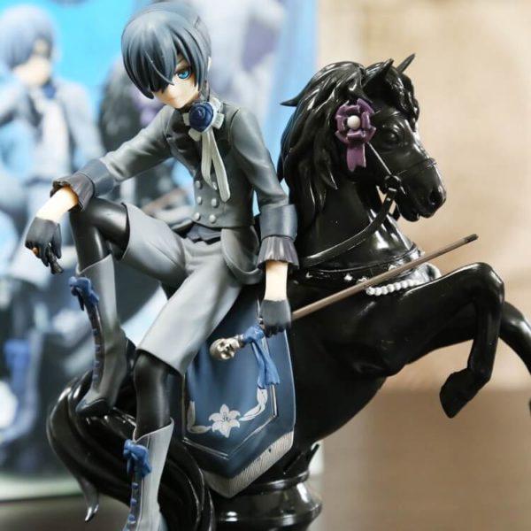 На картинке фигурка Сиэль Фантомхайв на коне «Темный дворецкий» (Kuroshitsuji), вид спереди.