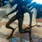 Фигурка Чужого ксеноморф-Воин Alien warrior, реальное фото фигурки с подставкой