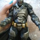 Podvizhnaya figurka Behtmena iz fil'ma Betmen protiv Supermena, real'noe foto figurki