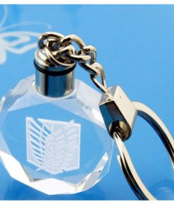 На картинке светящийся брелок для ключей Атака титанов.