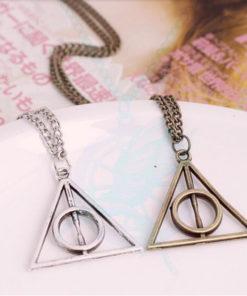 На картинке кулон-подвеска со знаком «Даров смерти» (Гарри Поттер), цвета золотой и серебряный.