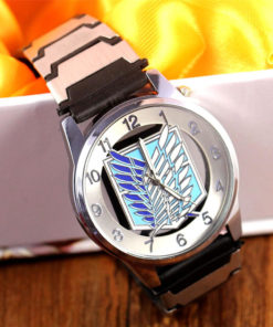 На картинке наручные часы «Атака титанов», крупный план.
