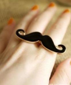 На картинке кольцо с усами (усиками), общий вид.