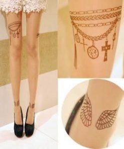 На картинке колготки с татуировкой, детали.