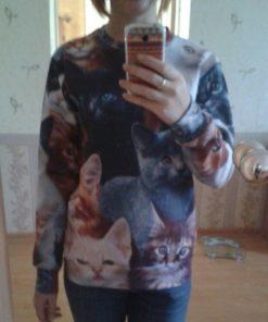 На картинке свитшот с котятами, общий вид.