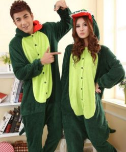 На картинке пижама-кигуруми «Динозавр», вид спереди, цвет зеленый.