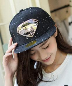 На картинке рэперская кепка «Супермен» (Superman) с прямым козырьком, общий вид, цвет черный.