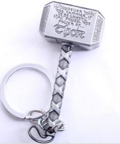 На картинке брелок молот Тора из вселенной Марвел, цвет серебряный.